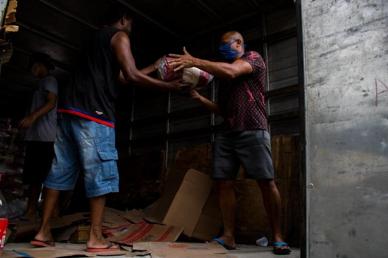 Pessoas recebendo doações em alimento no Rio de Janeiro. Foto: Matheus Guimarães/ Voz das Comunidades