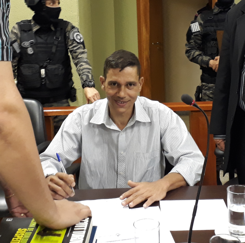 Marcelo Rodrigues dos Santos, um dos acusados, olha para a câmera com um sorriso