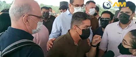 Prefeito de Manaus se recusa a responder a jornalista e acusa veículo de extorsão